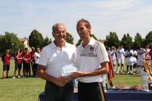 Mutti premia il miglior allenatore del torneo Danesi del Milan